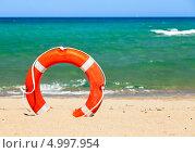 Купить «Спасательный круг на пляже», фото № 4997954, снято 1 августа 2013 г. (c) Дмитрий Наумов / Фотобанк Лори