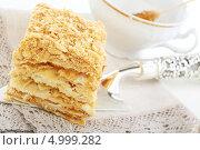 Купить «Пирожное наполеон крупным планом», фото № 4999282, снято 25 августа 2013 г. (c) Марина Сапрунова / Фотобанк Лори