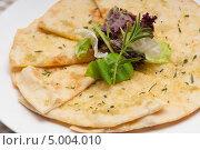 Купить «Чесночный хлеб пита с салатом», фото № 5004010, снято 28 ноября 2012 г. (c) Francesco Perre / Фотобанк Лори