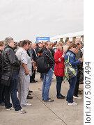 Купить «Посетители МАКС-2013 на КПП», эксклюзивное фото № 5007494, снято 31 августа 2013 г. (c) Алёшина Оксана / Фотобанк Лори