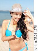 Девушка в купальнике с рожком мороженого на пляже. Стоковое фото, фотограф Syda Productions / Фотобанк Лори