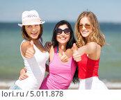 Веселые юные девушки отдыхают на берегу моря. Стоковое фото, фотограф Syda Productions / Фотобанк Лори