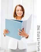 Купить «Деловая женщина в белом пиджаке с рабочими документами в офисе», фото № 5012162, снято 18 июля 2013 г. (c) Syda Productions / Фотобанк Лори