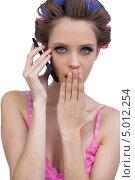 Купить «девушка в бигуди в розовом топе говорит по мобильному телефону и зевает», фото № 5012254, снято 2 апреля 2013 г. (c) Wavebreak Media / Фотобанк Лори