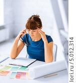 Купить «Молодая женщина в бюро работает с цветовой палитрой», фото № 5012314, снято 29 мая 2013 г. (c) Syda Productions / Фотобанк Лори