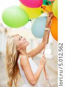 Купить «Счастливая блондинка с яркими воздушными шарами в связке», фото № 5012562, снято 14 июля 2013 г. (c) Syda Productions / Фотобанк Лори