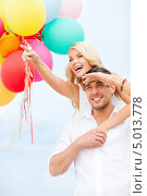 Купить «Счастливая влюбленная пара со связкой разноцветных воздушных шаров», фото № 5013778, снято 14 июля 2013 г. (c) Syda Productions / Фотобанк Лори
