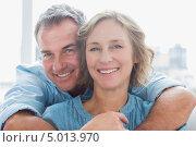 портрет счастливых мужчины и женщины. Стоковое фото, агентство Wavebreak Media / Фотобанк Лори