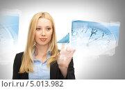 Купить «Привлекательная деловая женщина нажимает на невидимую кнопку на цифровом экране», фото № 5013982, снято 13 июня 2013 г. (c) Syda Productions / Фотобанк Лори