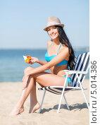 Купить «Девушка в купальнике на пляже наносит крем на кожу», фото № 5014386, снято 11 июля 2013 г. (c) Syda Productions / Фотобанк Лори