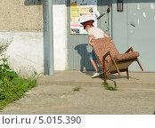 Мальчик и кресло (2013 год). Редакционное фото, фотограф Евгений Волвенко / Фотобанк Лори