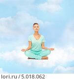 Купить «Юная девушка медитирует, сидя на облаке в позе лотоса», фото № 5018062, снято 1 июня 2013 г. (c) Syda Productions / Фотобанк Лори