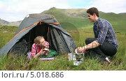 Купить «Man handing his girlfriend a bowl of soup on a camping trip», видеоролик № 5018686, снято 17 июля 2019 г. (c) Wavebreak Media / Фотобанк Лори
