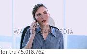 Купить «Happy businesswoman answering smartphone», видеоролик № 5018762, снято 16 февраля 2019 г. (c) Wavebreak Media / Фотобанк Лори