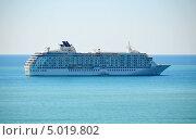 Большой круизный лайнер The World на рейде в порт Сочи (2013 год). Редакционное фото, фотограф Анна Мартынова / Фотобанк Лори