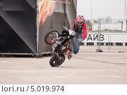 Купить «Мотофристайл шоу Adrenaline FMX RUSH на МАКS-2013», эксклюзивное фото № 5019974, снято 31 августа 2013 г. (c) Алёшина Оксана / Фотобанк Лори