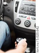 Купить «Мужчина переключает передачу в машине», фото № 5020642, снято 26 июня 2013 г. (c) Syda Productions / Фотобанк Лори