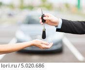 Купить «Продавец передает ключи от автомобиля покупателю», фото № 5020686, снято 26 июня 2013 г. (c) Syda Productions / Фотобанк Лори