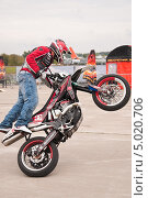 Купить «Мотофристайл шоу Adrenaline FMX RUSH», эксклюзивное фото № 5020706, снято 31 августа 2013 г. (c) Алёшина Оксана / Фотобанк Лори