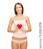 Купить «Красивая девушка в скромном белье показывает сердце», фото № 5020878, снято 25 июля 2013 г. (c) Syda Productions / Фотобанк Лори