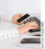 Купить «Молодая женщина читает сообщение с экрана телефона», фото № 5020986, снято 24 апреля 2013 г. (c) Syda Productions / Фотобанк Лори