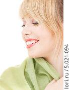 Купить «Красивая девушка с зеленой шалью на волосах», фото № 5021094, снято 7 марта 2009 г. (c) Syda Productions / Фотобанк Лори