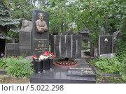 Купить «Новодевичье кладбище в Москве. Игорь Кио», фото № 5022298, снято 9 июня 2012 г. (c) Корчагина Полина / Фотобанк Лори