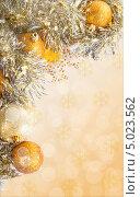 Новогодний фон с золотистыми шарами и мишурой. Стоковое фото, фотограф Трофимова Мария / Фотобанк Лори