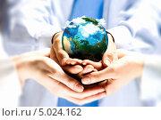 Спасем нашу планету. Два человека держат в ладонях Землю. Стоковое фото, фотограф Sergey Nivens / Фотобанк Лори