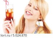 Купить «Юная девушка с двумя хвостиками пьет колу со льдом через трубочку», фото № 5024870, снято 31 мая 2009 г. (c) Syda Productions / Фотобанк Лори