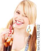 Купить «Юная девушка с двумя хвостиками пьет колу со льдом через трубочку», фото № 5025022, снято 31 мая 2009 г. (c) Syda Productions / Фотобанк Лори