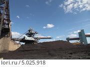 Купить «Крутонаклонный консольный штабелер на гусеничном ходу для перевалки угля. Канско-Ачинский топливо-энергетический комплекс», эксклюзивное фото № 5025918, снято 23 августа 2013 г. (c) Валерий Акулич / Фотобанк Лори