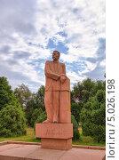 Купить «Памятник М. Горькому. Бишкек, Киргизия», фото № 5026198, снято 18 июля 2013 г. (c) Никита Майков / Фотобанк Лори