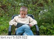 Купить «Мальчик с планшетом», фото № 5029022, снято 26 августа 2013 г. (c) Андрей Некрасов / Фотобанк Лори