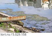 Вода, стекающая из ржавой трубы в озеро. Стоковое фото, фотограф Ольга Гамзова / Фотобанк Лори
