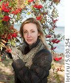 Купить «Молодая женщина возле  спелой рябины», фото № 5030254, снято 29 сентября 2012 г. (c) Куликов Константин / Фотобанк Лори
