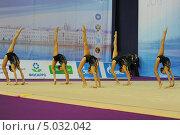 Групповое выступление гимнасток с булавами (2013 год). Редакционное фото, фотограф Анатолий Дьяков / Фотобанк Лори