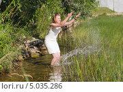 Купить «Девушка играет с водой», фото № 5035286, снято 15 августа 2013 г. (c) Pukhov K / Фотобанк Лори