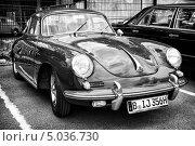 Автомобиль Porsche 356 Coupe. Черно-белый. Стилизация. Крупное зерно (2013 год). Редакционное фото, фотограф Sergey Kohl / Фотобанк Лори