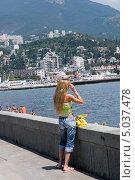 Девушка в шортах и майке смотрит вдаль. Набережная г.Ялта (2008 год). Редакционное фото, фотограф Юрий Игнатьев / Фотобанк Лори