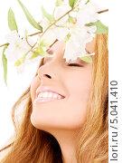 Купить «Красивая девушка с белыми цветами», фото № 5041410, снято 13 июня 2009 г. (c) Syda Productions / Фотобанк Лори
