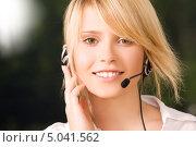 Купить «Доброжелательная девушка с телефонной гарнитурой», фото № 5041562, снято 28 июня 2009 г. (c) Syda Productions / Фотобанк Лори