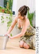 Купить «Девушка моет дома полы», фото № 5041734, снято 8 июня 2008 г. (c) Syda Productions / Фотобанк Лори