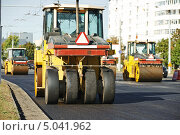 Купить «Дорожные катки на укладке асфальта», фото № 5041962, снято 8 сентября 2013 г. (c) Дмитрий Калиновский / Фотобанк Лори