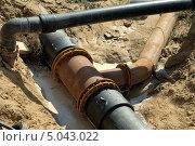 Купить «Пластиковые трубы в земле», фото № 5043022, снято 6 августа 2013 г. (c) Александр Малышев / Фотобанк Лори