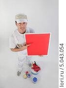 Купить «Маляр с красками держит красную табличку», фото № 5043054, снято 18 ноября 2009 г. (c) Phovoir Images / Фотобанк Лори
