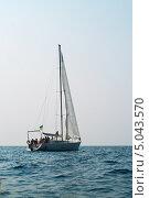 Яхта с рыбаками в Черном море (2013 год). Стоковое фото, фотограф Виктория Кириллова / Фотобанк Лори