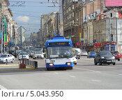 Троллейбус № 1 идет по дороге, 1-я Тверская-Ямская улица, Москва, эксклюзивное фото № 5043950, снято 9 сентября 2013 г. (c) lana1501 / Фотобанк Лори