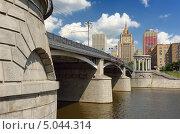 Купить «Бородиский мост и здание МИДа в Москве», фото № 5044314, снято 15 июня 2013 г. (c) Денис Ларкин / Фотобанк Лори