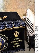 Молящийся еврей у гроба Царя Давида (2013 год). Стоковое фото, фотограф Igor Kaplan / Фотобанк Лори